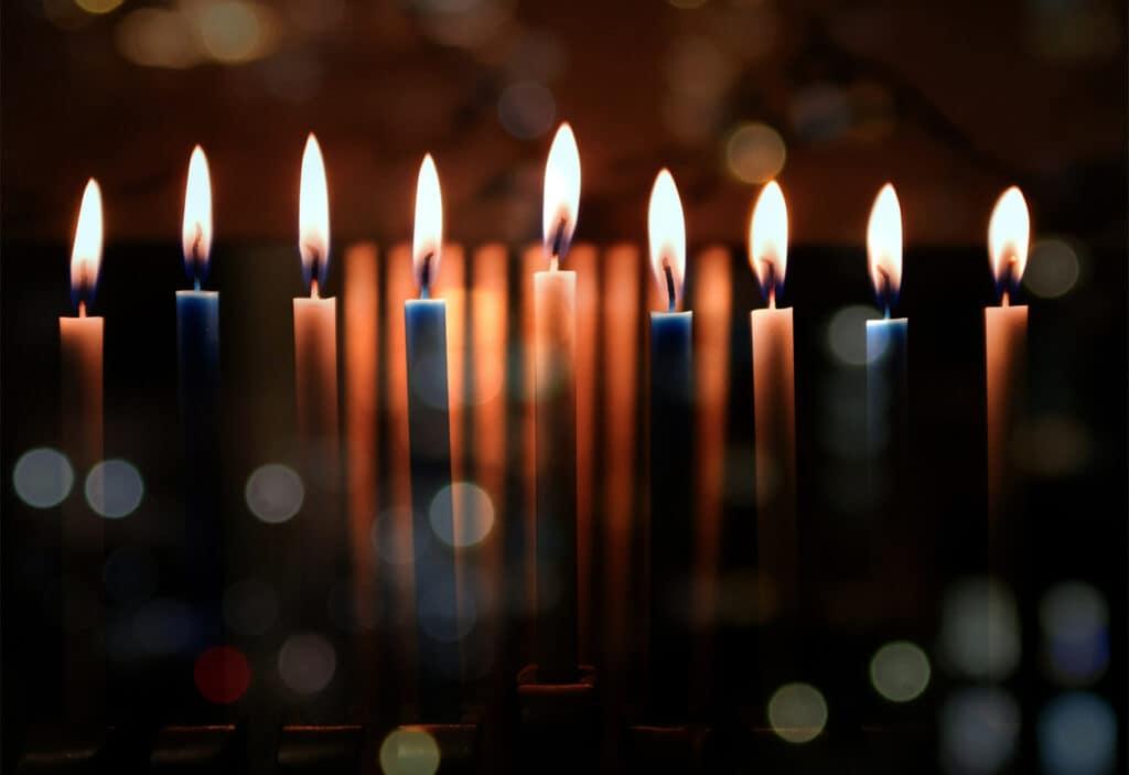 Hanukai gyertyatartó 9 ágú, a 8 gyertyának, és a samesznak. Ezt csak hanuka ünnepén használjuk